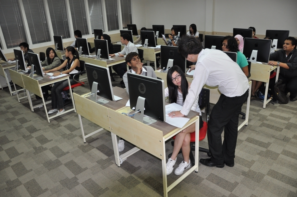 makmal komputer Saito University College
